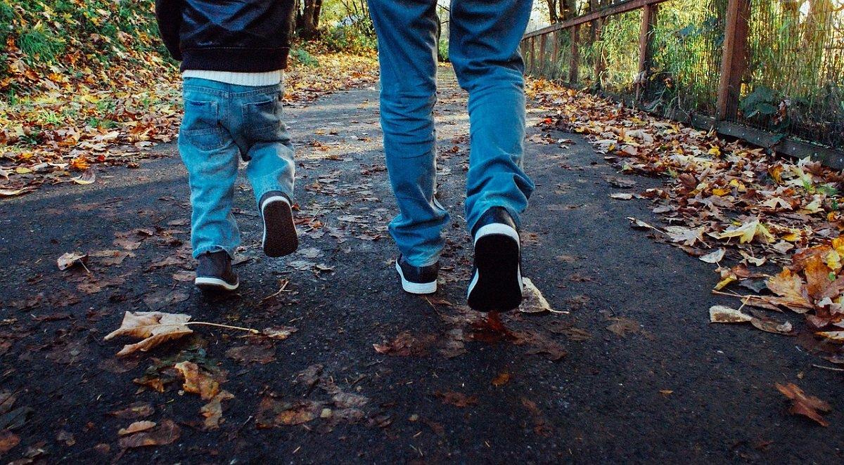 papa-figlio-genitore-autismo-passeggiata